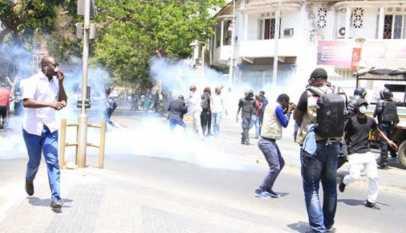 Avenue Bourguiba: des manifestants font face à la police